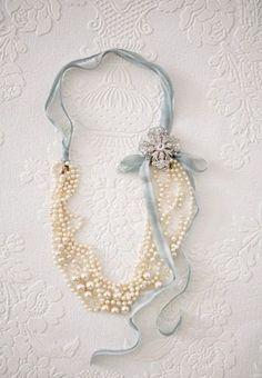 collana fatta con abito da sposa